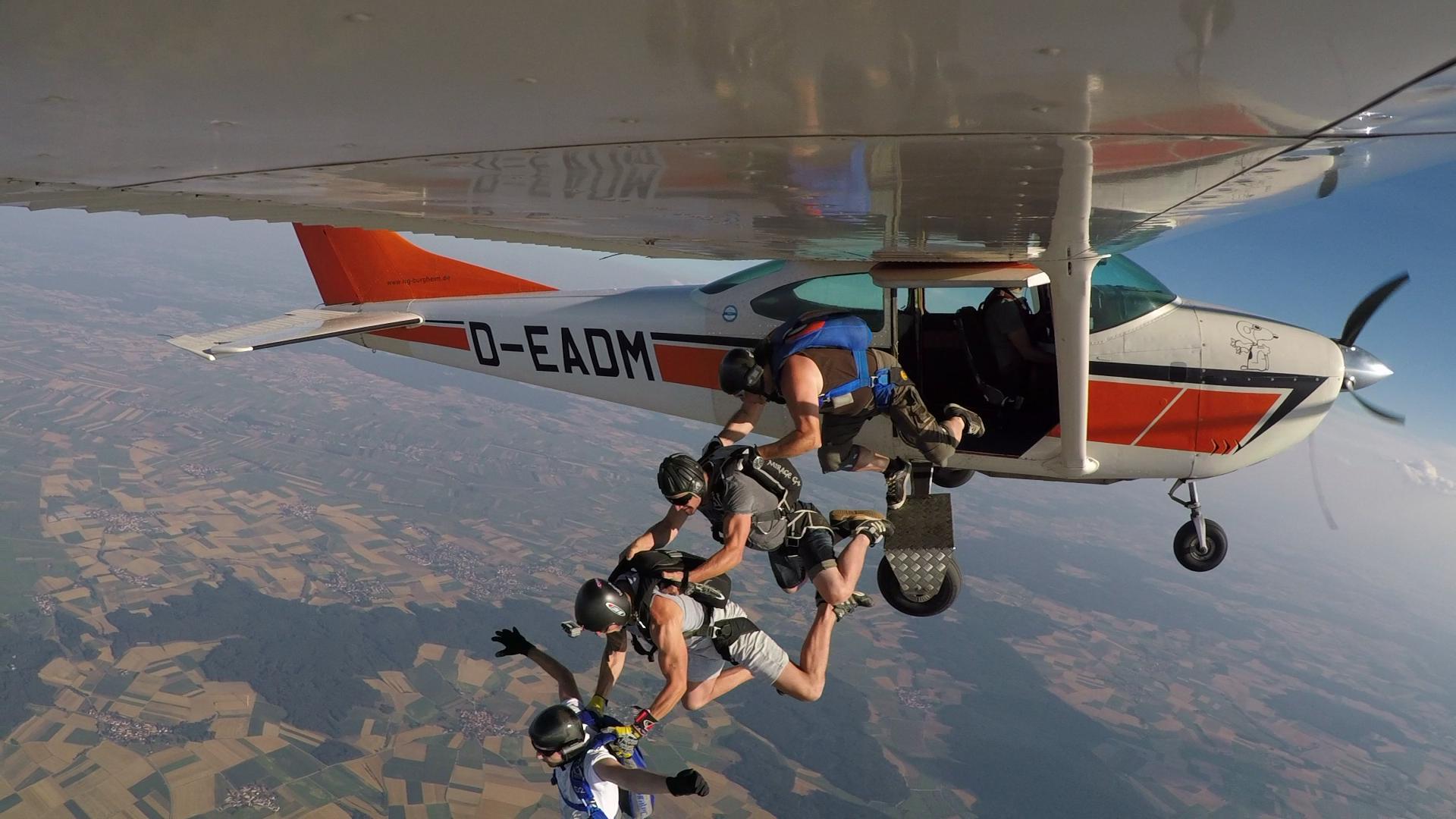 Absetzflugzeug und Fallschirmspringer
